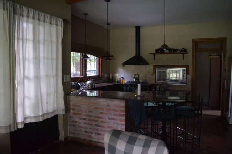 casa rural: Cocinas de estilo  por Arq Andrea Mei   - C O M E I -