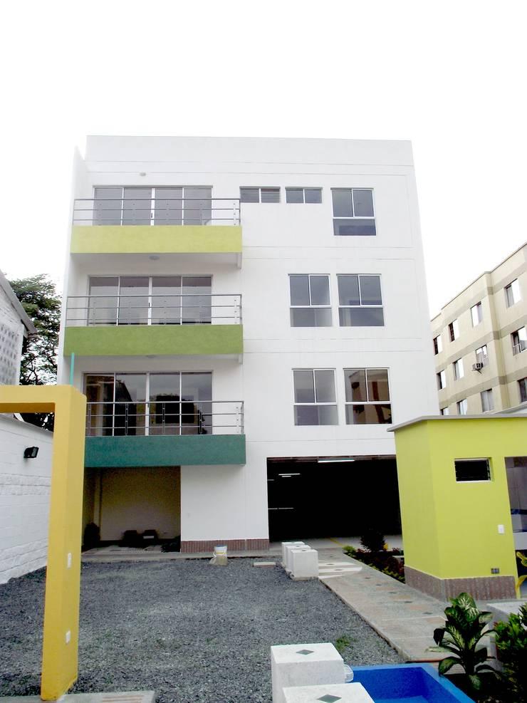 Edificio Aguadulce: Casas de estilo minimalista por ARKETIPO diseño + construccion