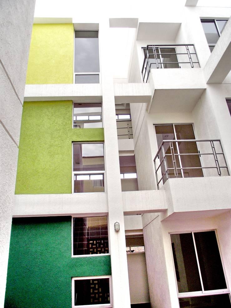 Edificio Aguadulce: Pasillos y vestíbulos de estilo  por ARKETIPO diseño + construccion