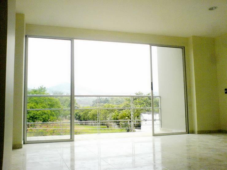 Salas / recibidores de estilo  por ARKETIPO diseño + construccion