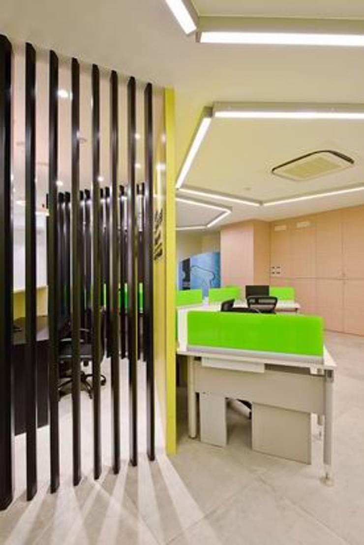 Reception and Front office:  Schools by Studio - Architect Rajesh Patel Consultants P. Ltd