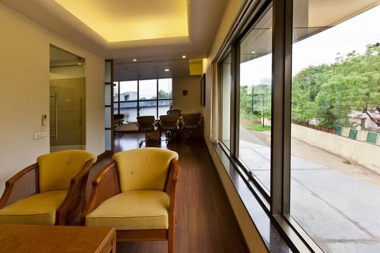 Meeting Room by Studio - Architect Rajesh Patel Consultants P. Ltd Modern