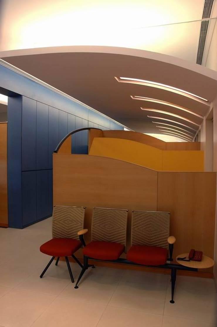 Waiting Area:  Commercial Spaces by Studio - Architect Rajesh Patel Consultants P. Ltd