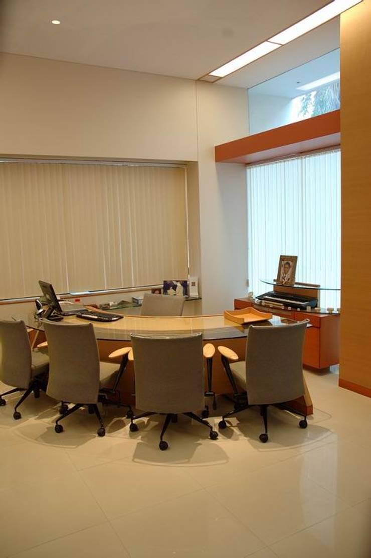 Cabin:  Commercial Spaces by Studio - Architect Rajesh Patel Consultants P. Ltd