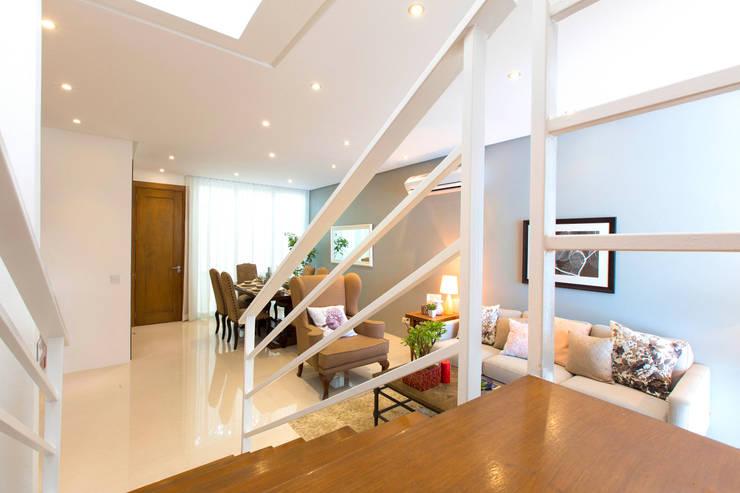 Catya:  Corridor and hallway by Marilen Styles