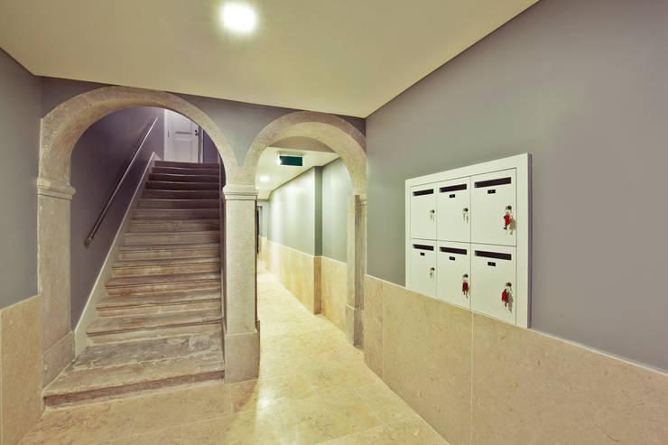 Pasillos, vestíbulos y escaleras  de estilo  por Pureza Magalhães, Arquitectura e Design de Interiores