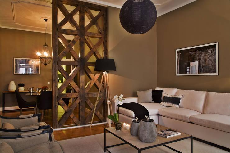 Divisão de 2 espaços : Sala de estar  por Pureza Magalhães, Arquitectura e Design de Interiores