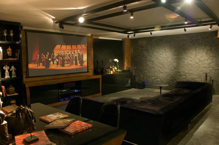 Home Cinema: Salas multimídia  por Bomm Warken Arquitetura S/S Ltda