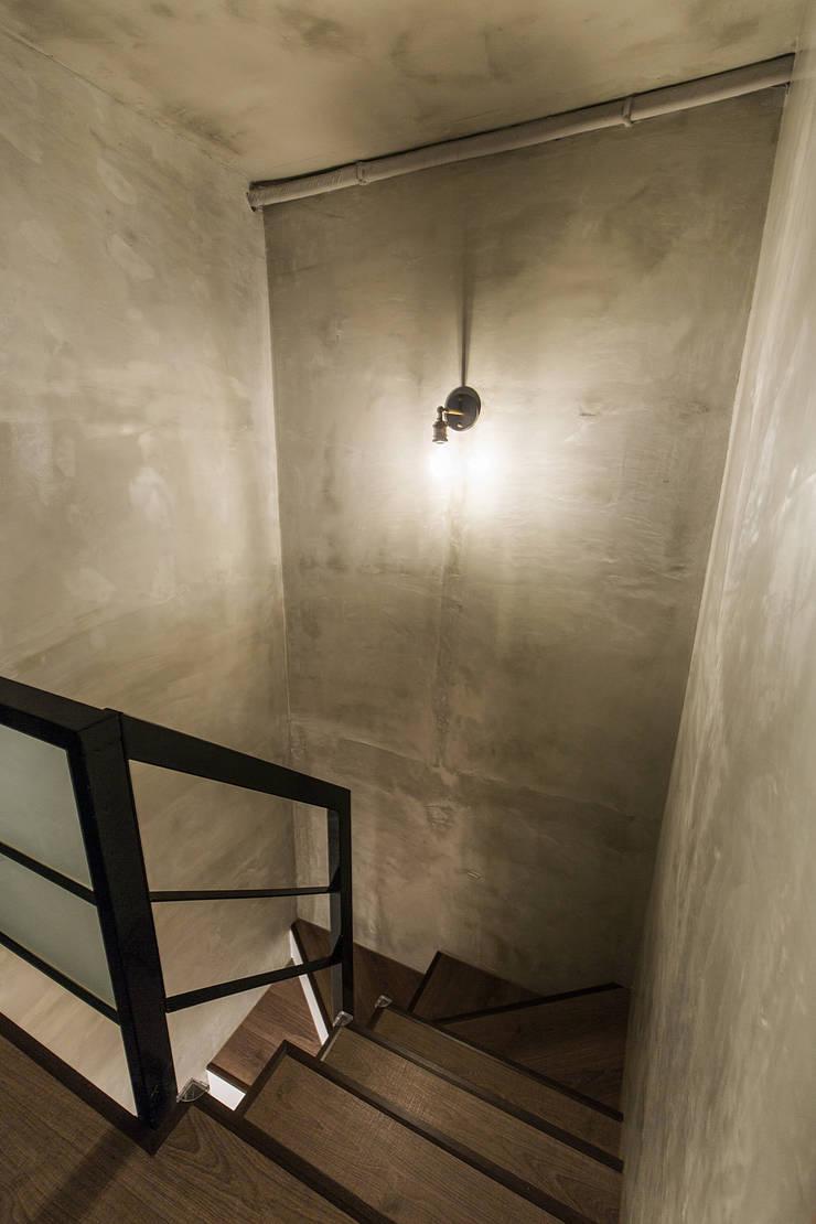 大直-溫馨質樸宅:  走廊 & 玄關 by Z+SQUARE DESIGN / 正工設計