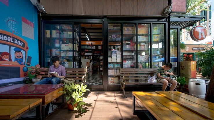 HCM CITY BOOK STREET ON NGUYEN VAN BINH STREET:  Nơi tổ chức sự kiện by TA LANDSCAPE ARCHITECTURE