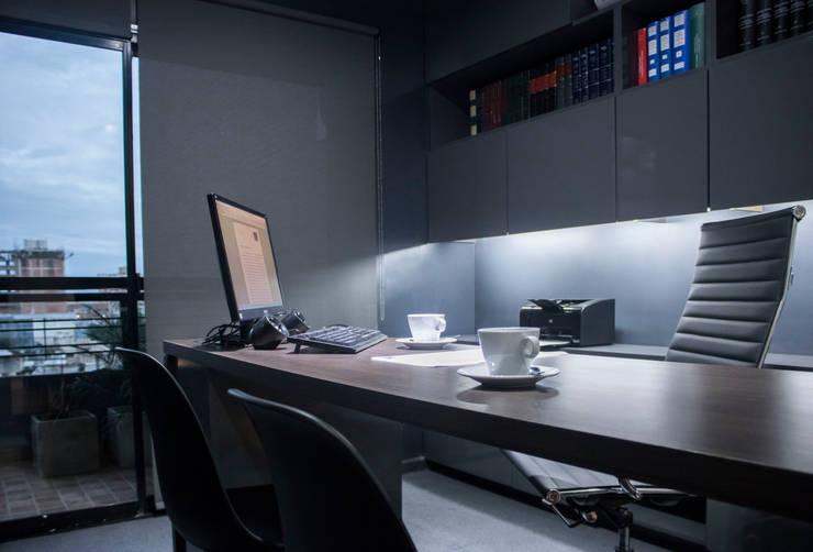 Estudio Peral | Estudio de abogados: Estudio de estilo  por Etéreo Arquitectos,