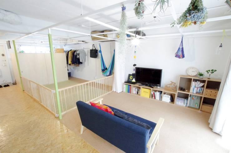Grid House: ピークスタジオ一級建築士事務所が手掛けたリビングです。,オリジナル