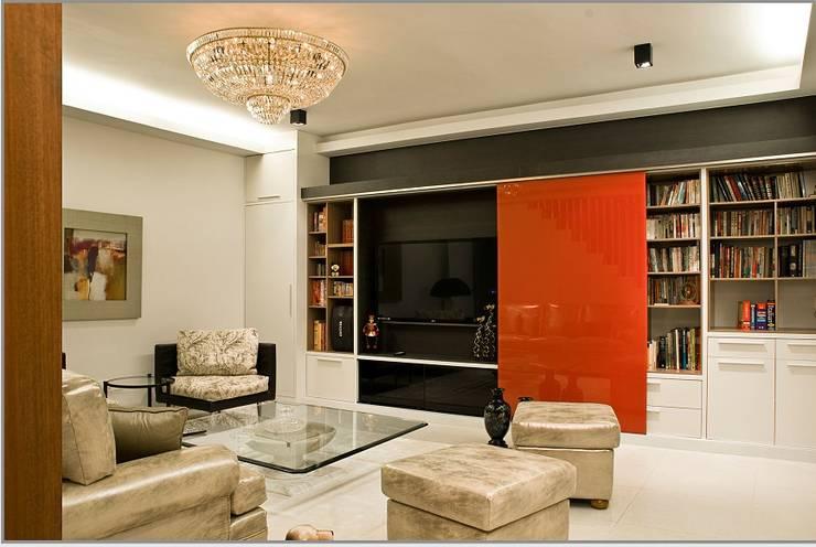 Ruang Baca dan Multimedia: modern Study/office by E&U