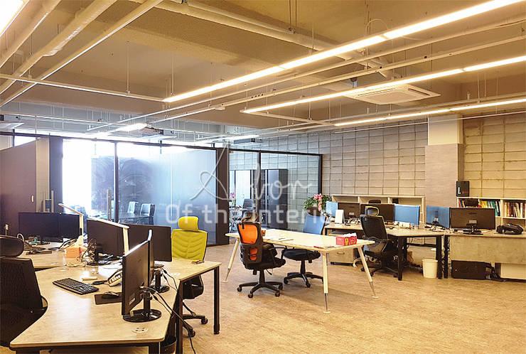 모던하고 세련된 사무실 인테리어: 디자인 아버의  서재 & 사무실,모던