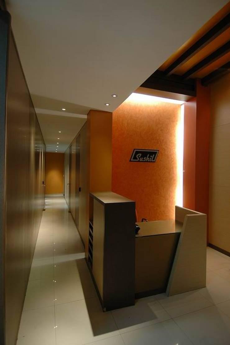 Corridor/ Reception Desk:  Commercial Spaces by Studio - Architect Rajesh Patel Consultants P. Ltd