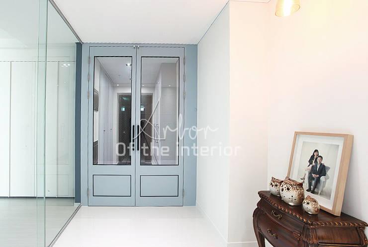 파란색으로 포인트주기. 40평대 아파트 실내 인테리어: 디자인 아버의  복도 & 현관,