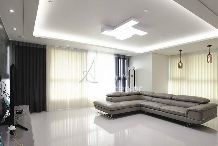 파란색으로 포인트주기. 40평대 아파트 실내 인테리어: 디자인 아버의  거실,