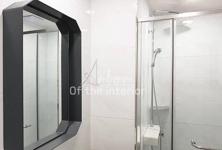 파란색으로 포인트주기. 40평대 아파트 실내 인테리어: 디자인 아버의  욕실,
