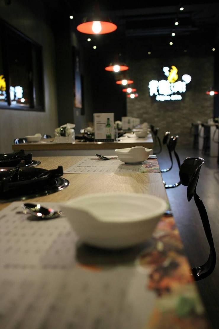 黃鶴洞-韓式燒烤:  餐廳 by DS&BA Design Inc 伊國設計