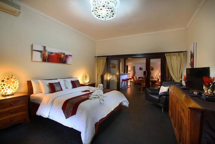 Bedroom:  Bedroom by Credenza Interior Design