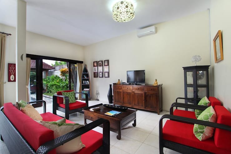 Living Room:  Living room by Credenza Interior Design