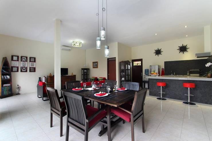 Dining Room:  Dining room by Credenza Interior Design