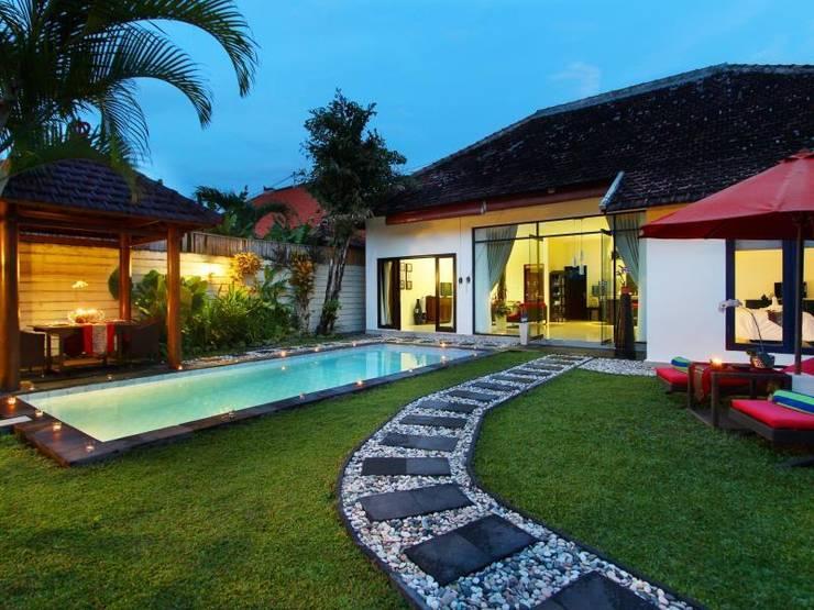 Swimming Pool Villa 1:  Kolam renang halaman by Credenza Interior Design