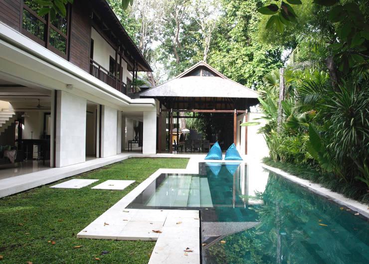 Albercas de estilo asiático por Credenza Interior Design