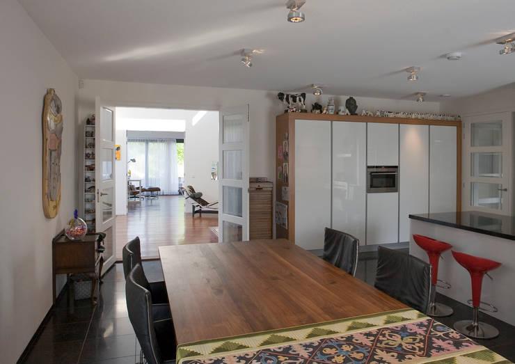 Sala da pranzo in stile  di Studio Leon Thier architectuur / interieur, Moderno Legno Effetto legno