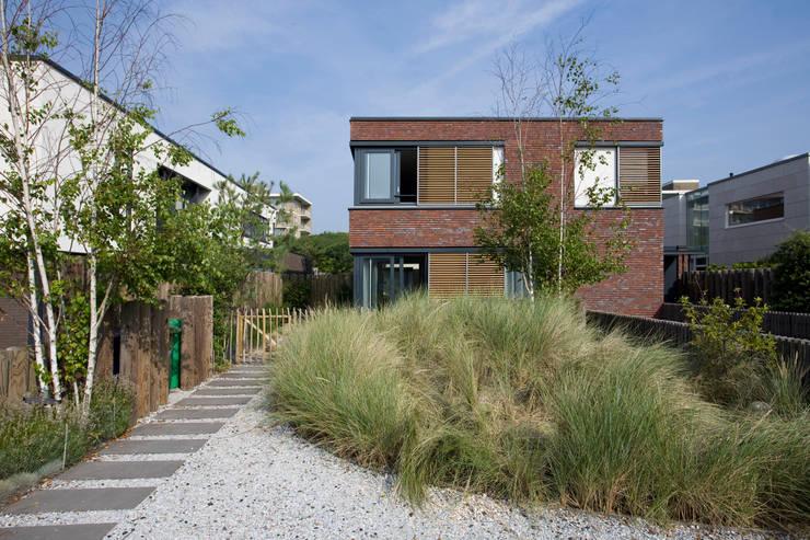 Villa in stile  di Studio Leon Thier architectuur / interieur, Moderno Pietra