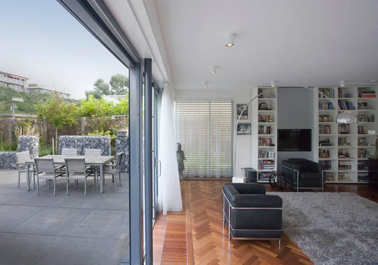 Soggiorno in stile  di Studio Leon Thier architectuur / interieur, Moderno Legno Effetto legno