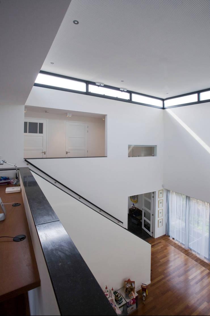 Ingresso & Corridoio in stile  di Studio Leon Thier architectuur / interieur, Moderno Legno Effetto legno