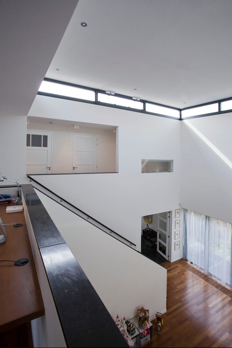 Modern Corridor, Hallway and Staircase by Studio Leon Thier architectuur / interieur Modern Wood Wood effect