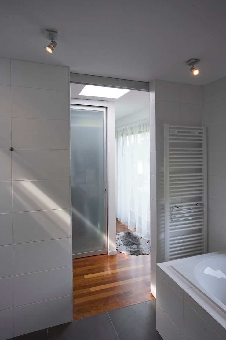 Modern bathroom by Studio Leon Thier architectuur / interieur Modern Wood Wood effect