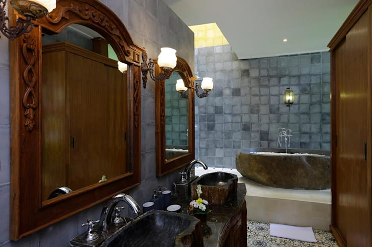 Bathroom 1 with stone bath tub, eclectic look:  Bathroom by Credenza Interior Design