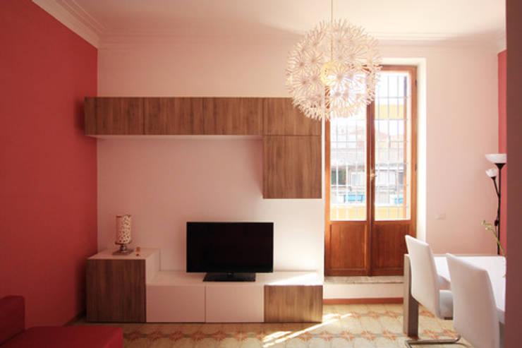 Vista della zona TV del Soggiorno: Soggiorno in stile  di EMC2Architetti