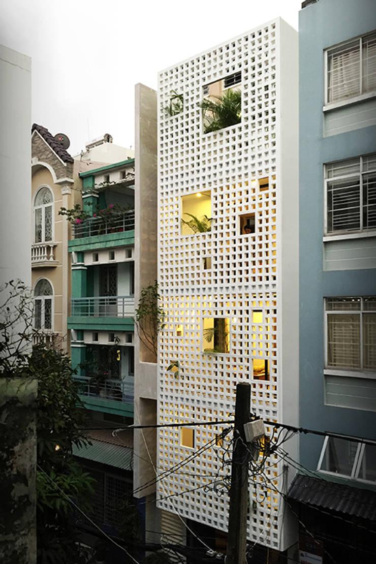 Q10 House:  Nhà gia đình by Studio8 Architecture & Urban Design