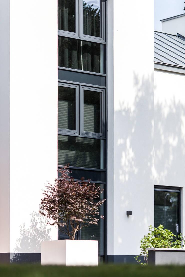 Voorgevel - glas:  Villa door Bob Romijnders Architectuur & Interieur, Modern