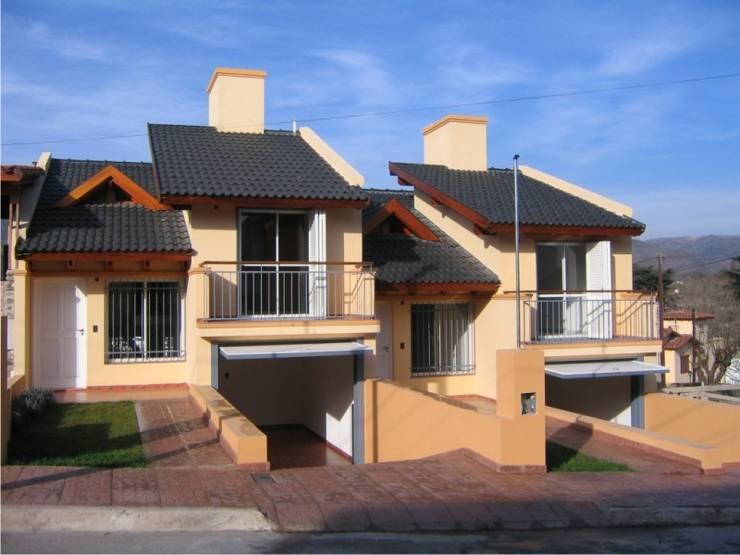 2 Duplex sobre calle Cabildo en La Falda, Provincia de Córdoba: Condominios de estilo  por Dario Basaldella Arquitectura,