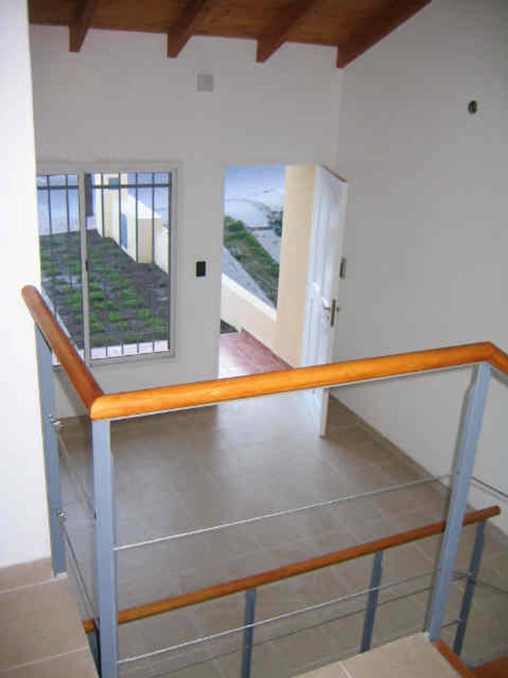 2 Duplex sobre calle Cabildo en La Falda, Provincia de Córdoba: Livings de estilo  por Dario Basaldella Arquitectura,