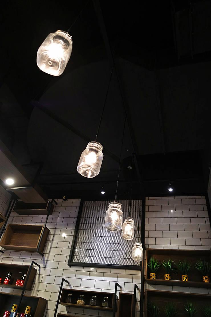 HONG TANG Lippo Mall St. Moritz Puri:  Ruang Makan by Evonil Architecture