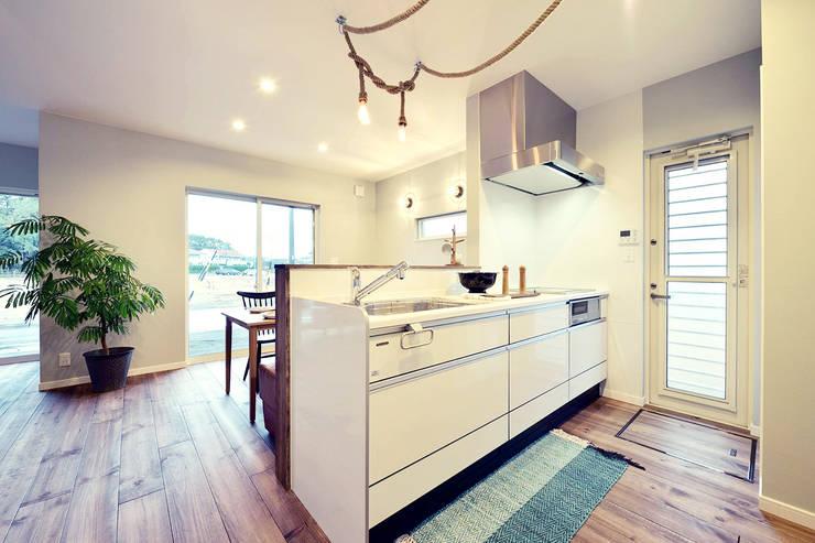 カリフォルニアスタイルの住居と店舗併用住宅: オレンジハウスが手掛けたキッチンです。