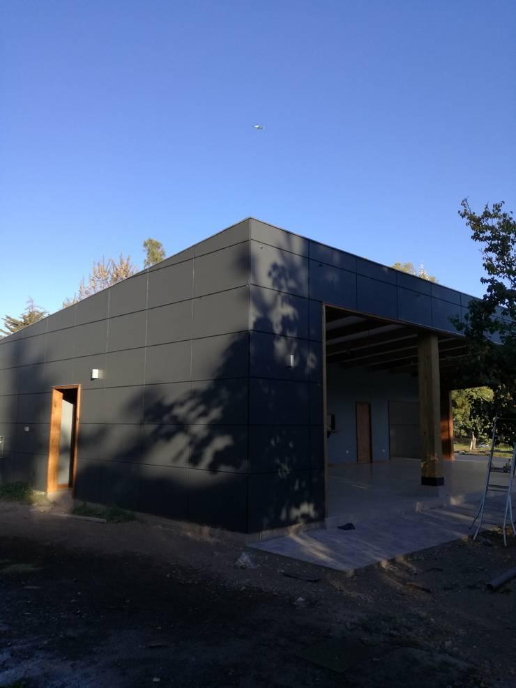 Centro de Eventos Casa Pirque : Casas de madera de estilo  por GY3 Arquitectos. spa