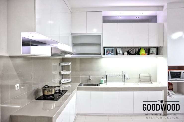 White Luxury Kitchen:  Dapur by The GoodWood Interior Design