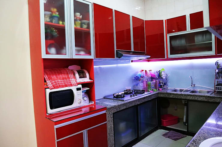 Red Kitchen:  Dapur by The GoodWood Interior Design