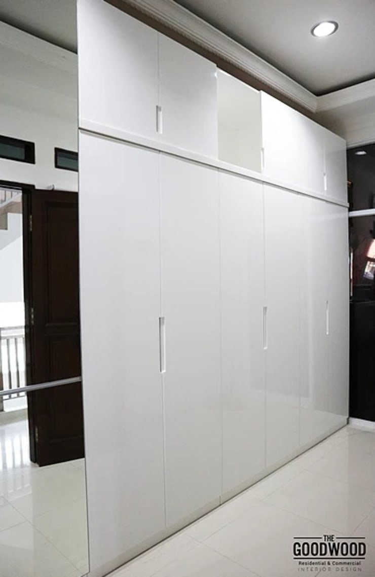 White Minimalist Wardrobe:  Kamar Tidur by The GoodWood Interior Design
