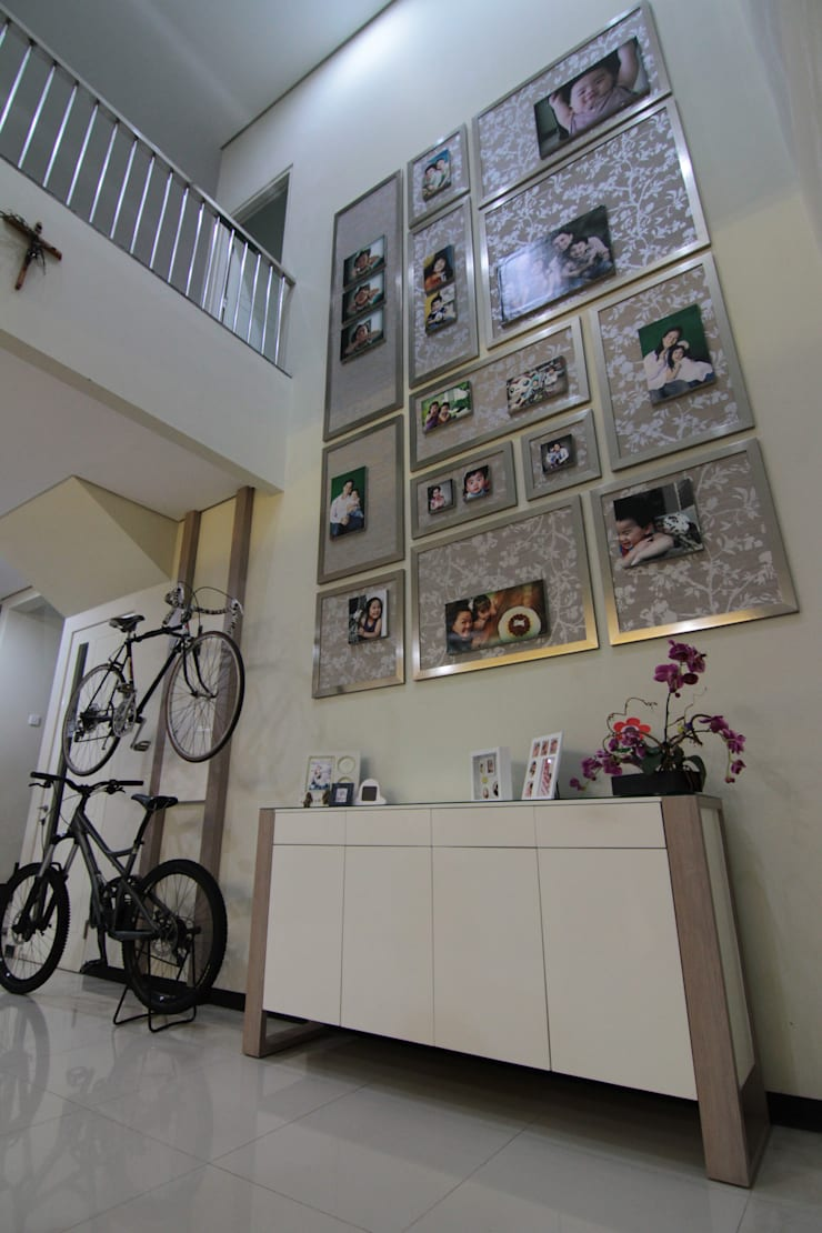 Rumah Tinggal:  Corridor, hallway & stairs by Contheme Design