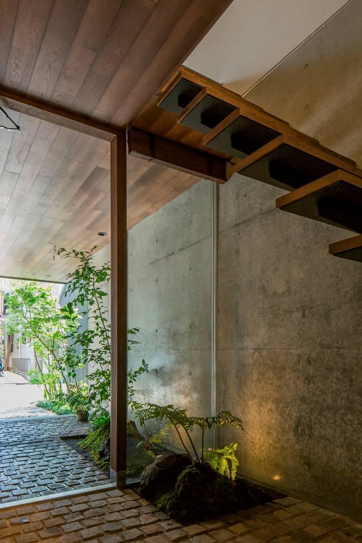 ツボ庭: 今井賢悟建築設計工房が手掛けた廊下 & 玄関です。
