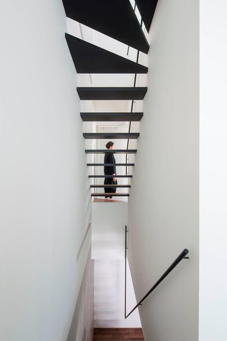 ストリップ階段: 今井賢悟建築設計工房が手掛けた廊下 & 玄関です。