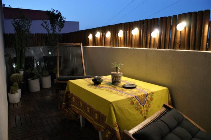 Un petit balcon de ville convivial: Terrasse de style  par  Les Jardins de Marion